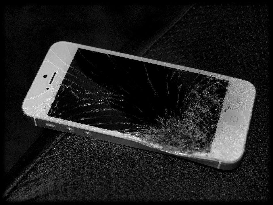 9178-broken-iphone-5 - idigitaltimes.com