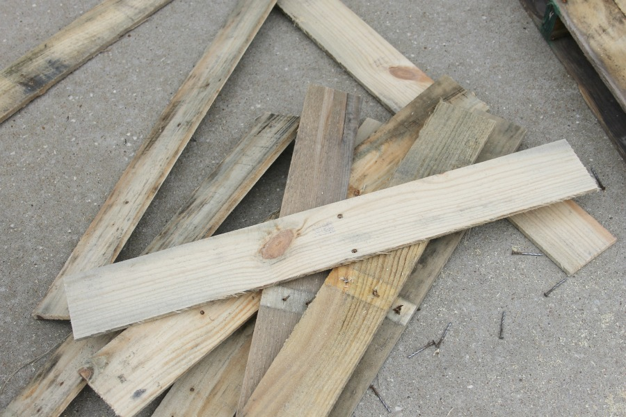 disassemble wood pallet