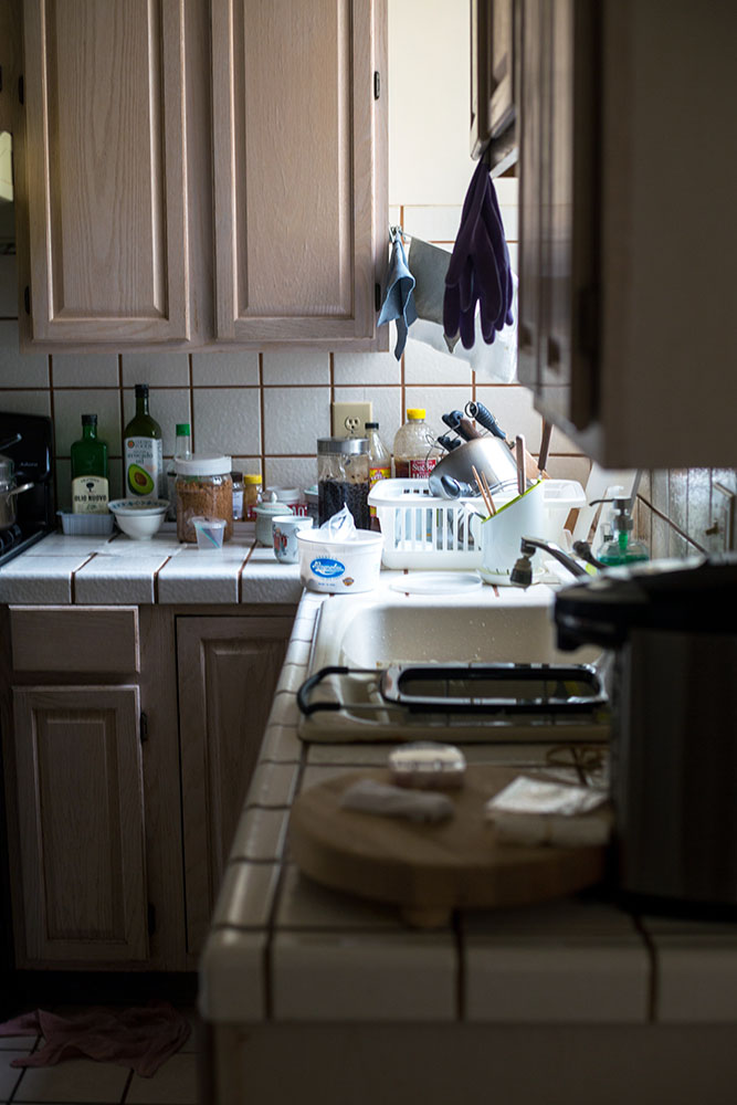 How to keep a house clean: messy, cluttered kitchen sink